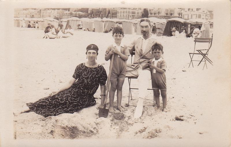 Germaine Serruau, Gaston Foucher et leurs enfants Claude et Robert - Trouville 1923