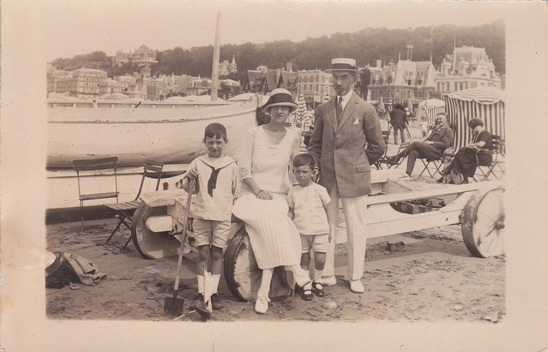 Germaine Serruau, Gaston Foucher et leurs enfants Claude et Robert - Trouville Août 1924